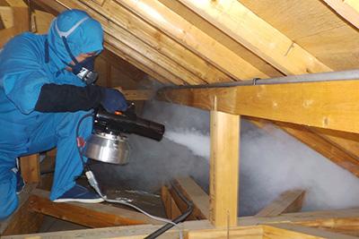 屋根裏での作業風景(煙霧機)