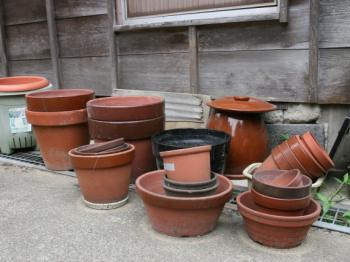 放置された植木鉢