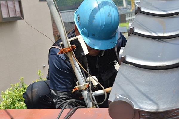 屋根上で施工をするスタッフ