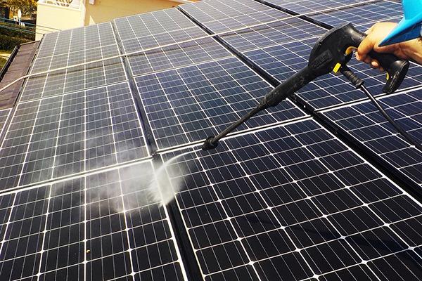 太陽光パネルについた鳩のフンを高圧洗浄機で清掃します