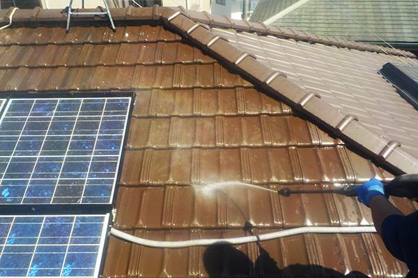 鳩のフンがついた瓦を高圧洗浄機で洗い流します
